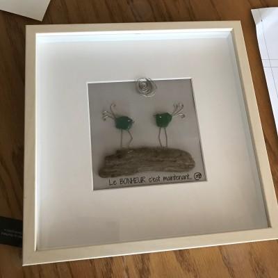 """Cadre d'oiseaux de verre de mer et bois de grève, intitulé: """"Le BONHEUR c'est maintenant..."""""""